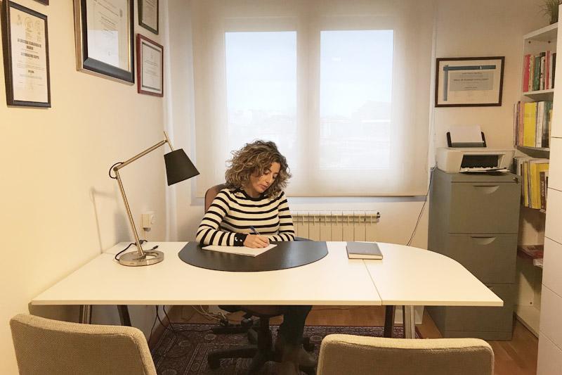 La psicóloga Lucía Prendes en su consulta de psicología en Gijón